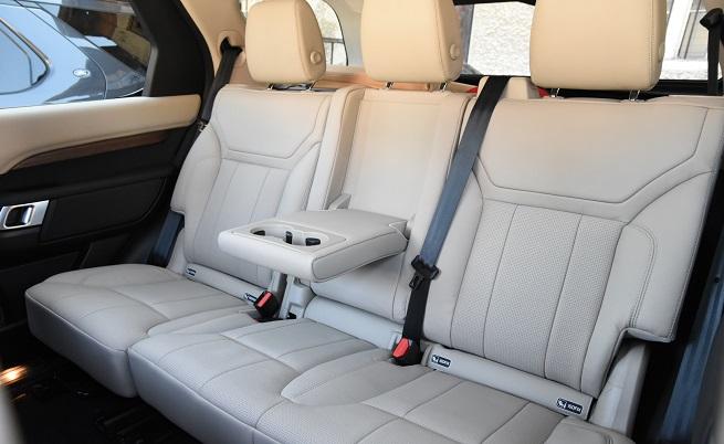 Три реда седалки, отопление на трите реда, а на задните две места Land Rover твърди, че 95 от 100 човека ще могат да седнат.