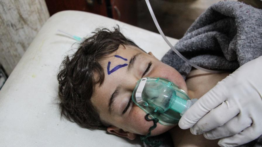 Пострадало от атаката дете получава помощ в полева болница в провинция Идлиб.