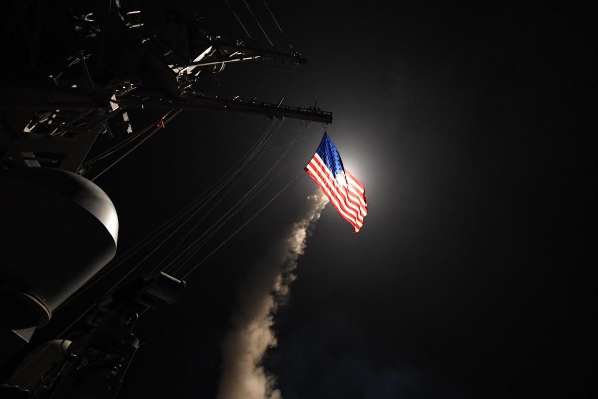 Американски ракети удариха военновъздушна база на правителствените сили край сирийския град Хомс в отговор на ужасяващата химическа атака от вторник в малко градче в Северозападна Сирия, убила мъчително близо 100 души, сред които деца, предаде Ен Би Си. Изстрелването е извършено от два американски самолетоносача в Средиземно море около 3-4 часа българско време.