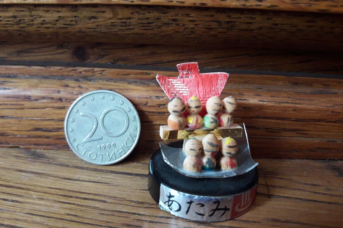Седемте кукли на късмета - най-малките кукли от колекцията. Големината им е колкото нокът на човешки палец или стотинка.