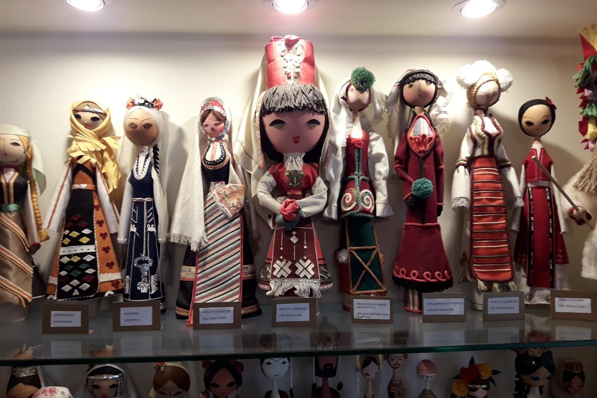 Сред куклите има представители на всички етнографски области чрез носиите им.