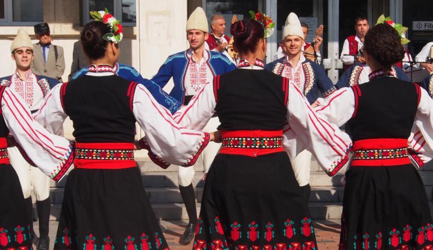 4. Привечер на Цветница момите и ергените за последен път играят лазарското хоро.