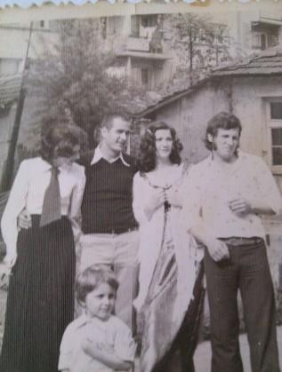 От дясно наляво: Бащата на Блатечки (23 г.), леля му (18 г.), чичо му (20 г.) и семейна приятелка. Момченцето е самият актьор и режисьор