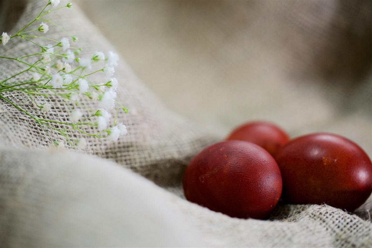 1. Първото яйце трябва да се боядиса в червено. С него се прави кръстен знак върху челата на децата, а после и на всички останали от семейството. То се оставя настрана от другите и се подменя с миналогодишното, което през цялото време е престояло в къщата – да носи здраве, радост и щастие на нейните обитатели. Яйцето се пази някъде във витрина, за да не се счупи и да носи късмет. Следващото яйце също е червено – то се оставя в църквата в събота вечерта, след празничната литургия, която продължава след полунощ, или на другия ден.