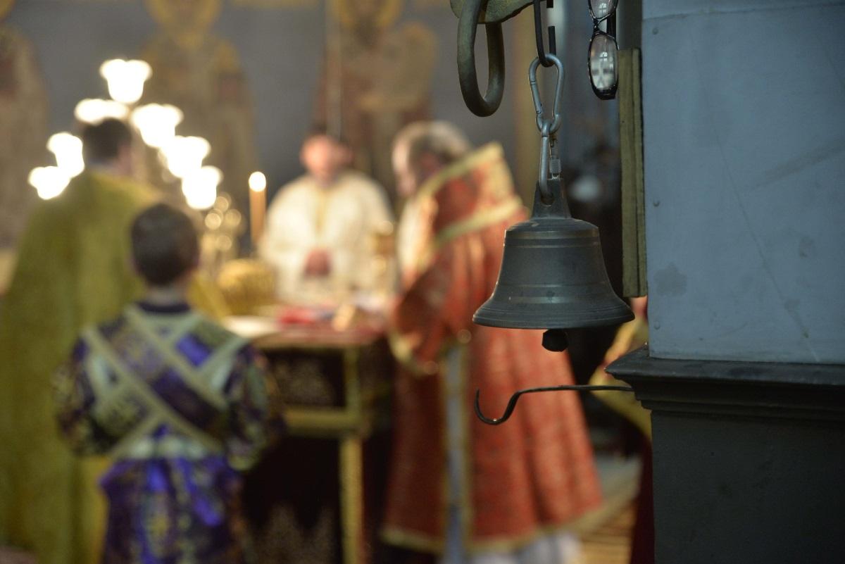 4. На Велики четвъртък свещенослужителите във всички православни храмове изнасят кръста от олтара, което символизира носенето му от Христос към Голгота.
