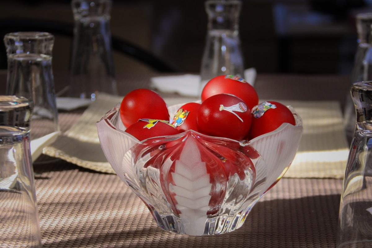 <ol>  <li>1. Днес се дава по едно червено яйце на всеки гост в дома. Поверието гласи, че така богатството няма да ходи в други къщи.</li> </ol>