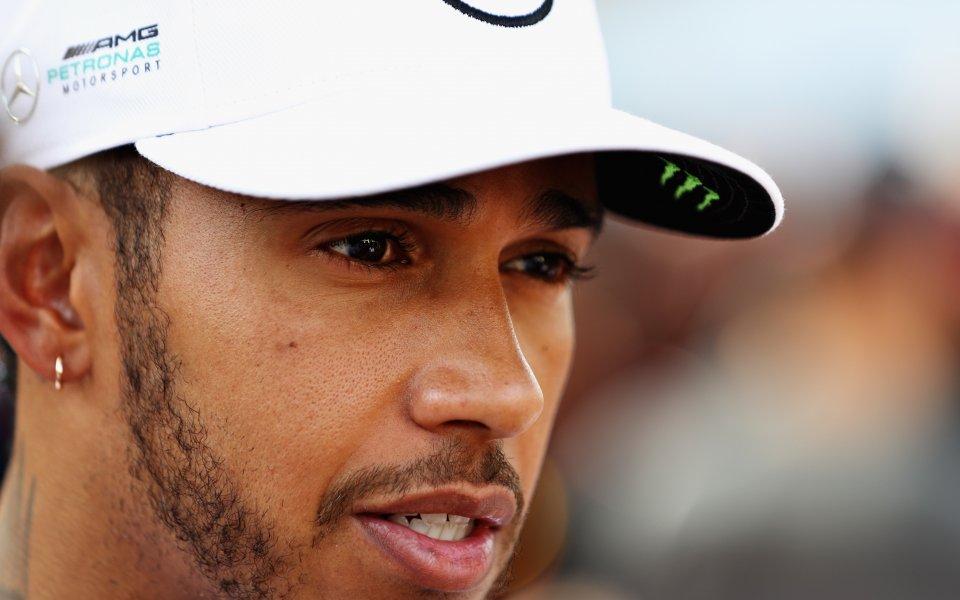 Хамилтън се замисля за MotoGP