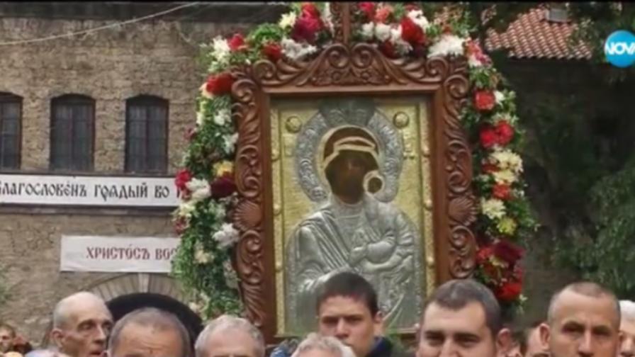 Хиляди се стекоха за чудотворната икона на шествие