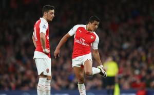 Арсенал задържа Йозил и Санчес с колосални бонуси