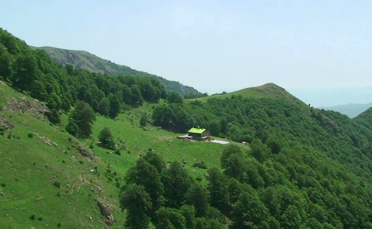 """Райско пръскало, Калоферско пръскало или Голям джендемски водопад е водопад, намиращ се на Пръскалска река, ляв приток на Бяла река. Той е най-високият водопад на Балканския полуостров. Разположен е в Стара планина под връх Ботев. Намира се в Национален парк """"Централен Балкан"""", в природния резерват Джендема. Събира води от снежните преспи, разположени под върха, които образуват река Пръскалска, и има височина 124,5 метра."""