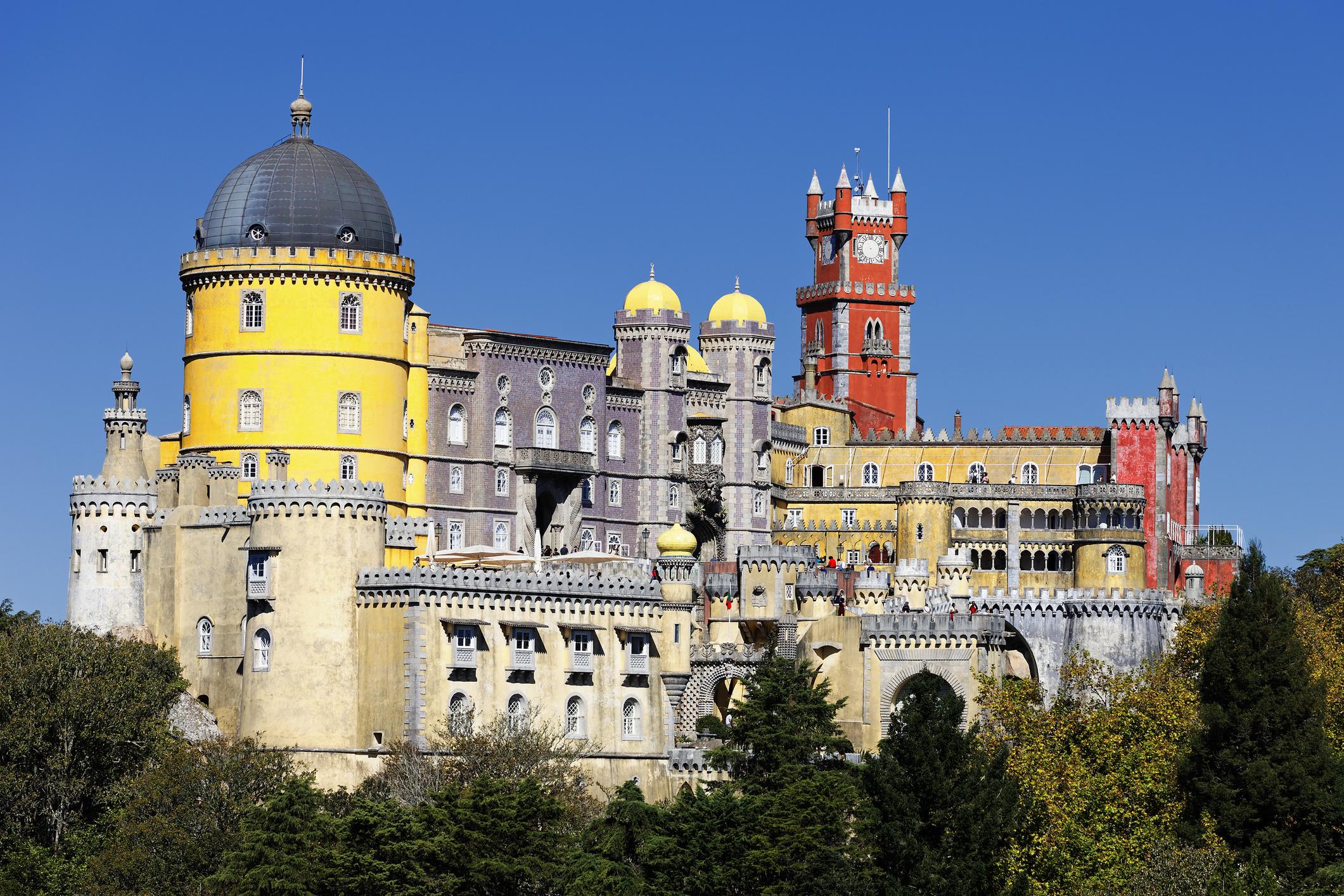 Синтра е главен град на едноименна община в сърцето на Португалия и нa брега на Атлантическия океан.