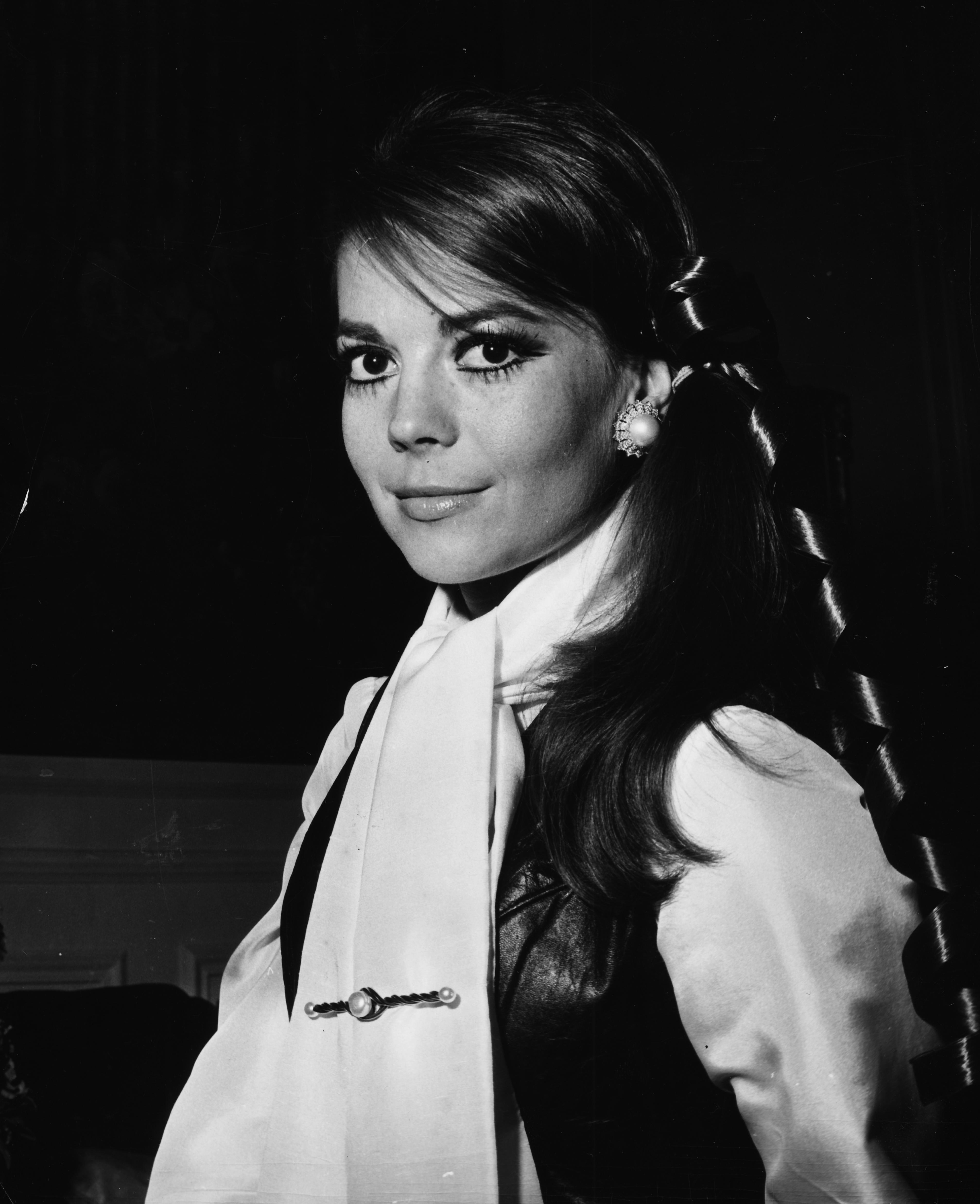 """Натали Уудеактриса от руски произход, родена през1938година.Започвайки участието си в киното още от ранна детска възраст, Ууд се превръща в една от най-популярните холивудски звезди от 1950-те, 1960-те и 1970-те години.До 25-ата си годишнина, тя вече има три номинации за награда """"Оскар"""".Нещастен случай през 1981 година на остров Санта Каталина докалифорнийскиябряг, води до нейната преждевременна кончина само на 43-годишна възраст."""