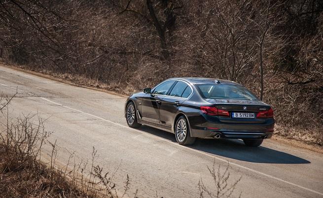 Stop & Go: 7,9 млн.: реализираните бройки от предходните шест поколения на BMW Серия 5; 2 млн.: толкова са само продажбите на предходното поколение на бизнес седана; 10,24: размерът на новия тъчскрийн дисплей; 0,22: коефициентът на въздушно съпротивление, превръщащ G30 в най-аеродинамичния седан на BMW; 70%: с толкова е увеличена проекционната площ на Head-up дисплея; 8: наличните аромати, които освежават йонизирания въздух в пакета Ambient Air; 8: масажните функции на седалките (опция) с 20 въздушни камери; 500: обхватът на светлинния сноп на фаровете Selective Beam.