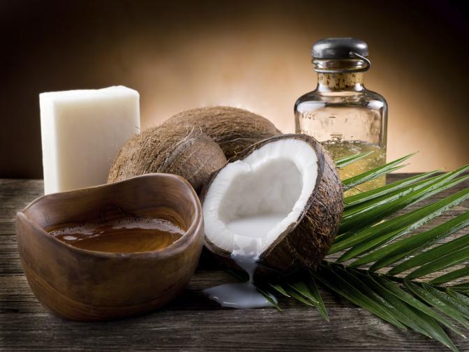Кокосовото масло подхранва и задравява кожата, овлажнява я и й помага да се възстанови. Избирайте студено пресовано масло, защото в него са запазенив най-високата степен всички полезни вещества. Можете да го използвате както като козметично средство, така и в кухнята.