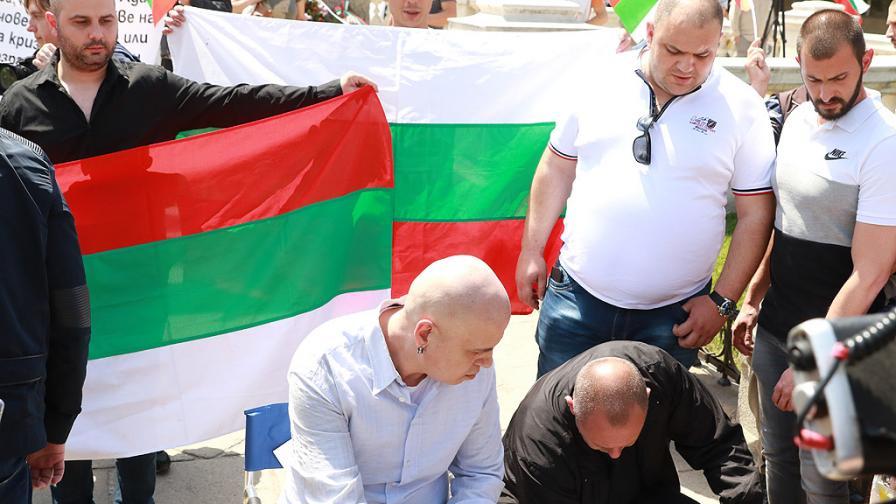 Слави спира с протестите пред парламента