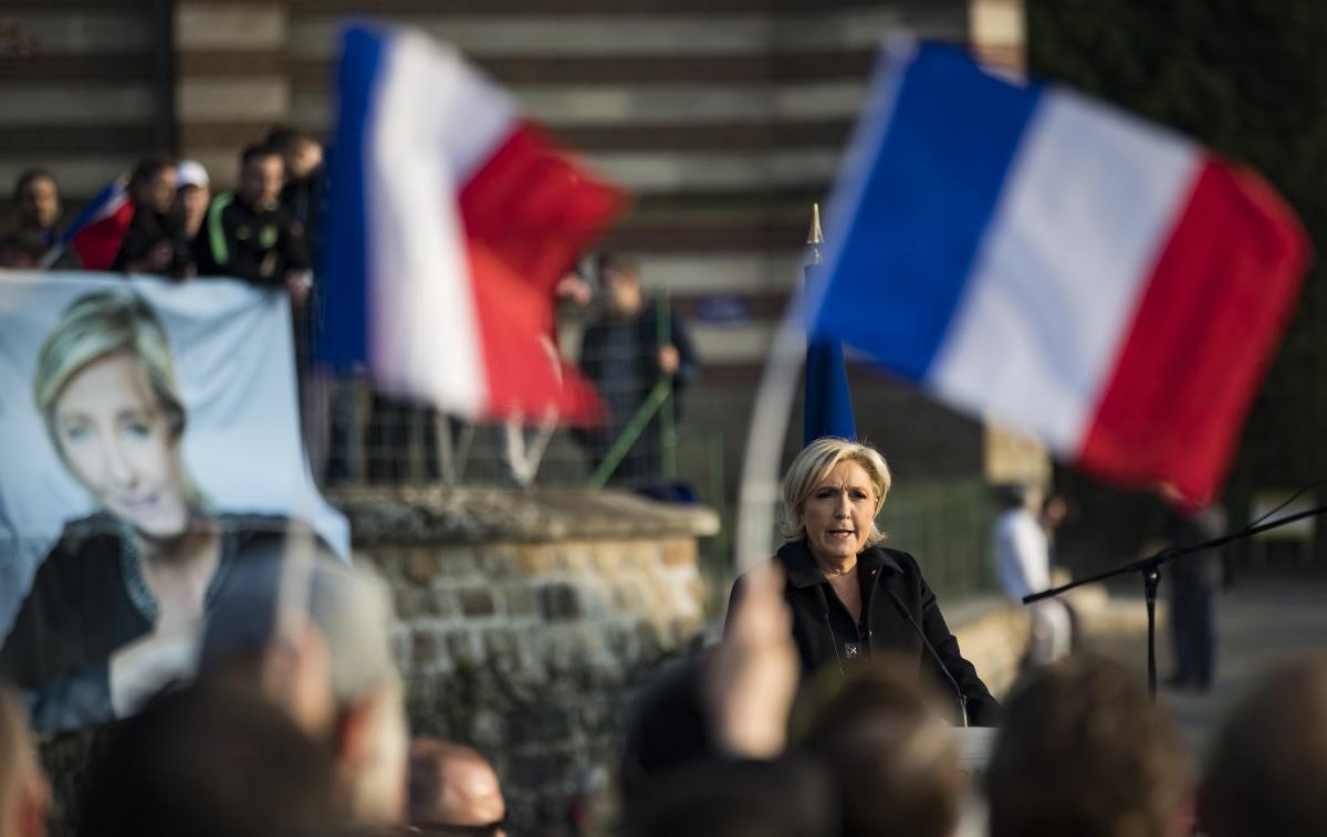 2. Имиграция:Льо Пен ще забрани на незаконните имигранти да получават жителство. Ще усложни изискванията за получаване на убежище и ще ограничи политиката, която позволява на мигрантите да доведат и роднините си във Франция. Ще отмени закона, който позволява деца на мигранти, родени във Франция, да получават френско гражданство. Ще затегне законите срещу набиващи се на очи религиозни символи/Макрон каза, че няма да се опитва да забрани религиозните символи извън училищата, нито ще забранява буркините. Той подкрепя многообразието и обеща данъчни облекчения на компании, които наемат млади хора от предимно имигрантски квартали с висока престъпност.