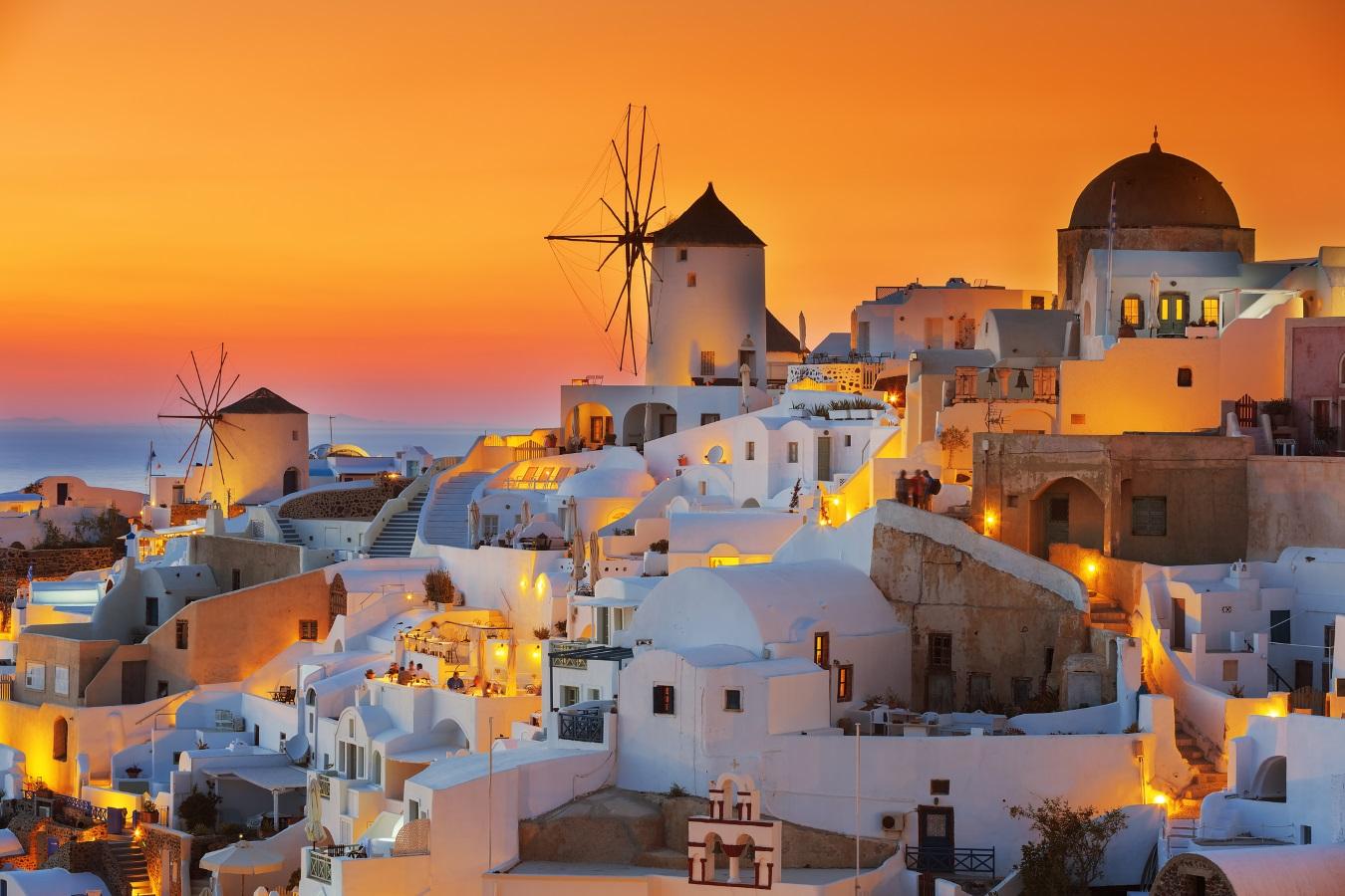 Скорпион<br /> <br /> Вашият партньор проявява сериозна страст към повечето неща и най-вече в отношенията ви. Розите и шампанското обаче са прекалено традиционни, затова заложете над романтичен залез над Егейско море. Заведете любимата в Санторини, Гърция – един от най-романтичните острови в света и по залез слънце я попитайте дали ще се омъжи за вас.