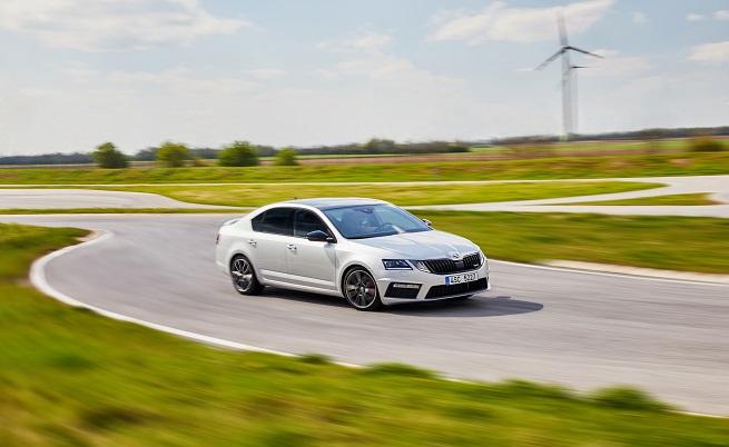 Stop&Go;:, 230: мощността на 2,0-литровия TSI двигател, която е нараснала с 10 к.с.; 350: въртящият момент на мотора в нютон метри; 6,7: ускорението до 100 к/ч в секунди (с ръчна скоростна кутия); 184: мощността на 2,0-литровия TDI мотор; 380: въртящият момент в нютон метри на мотора; 7,9: ускорението на дизела до 100 км/ч.