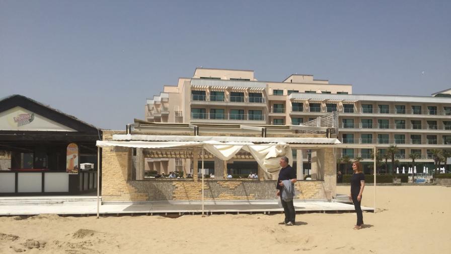 Багер събаря култовия бар на плажа на Слънчев бряг