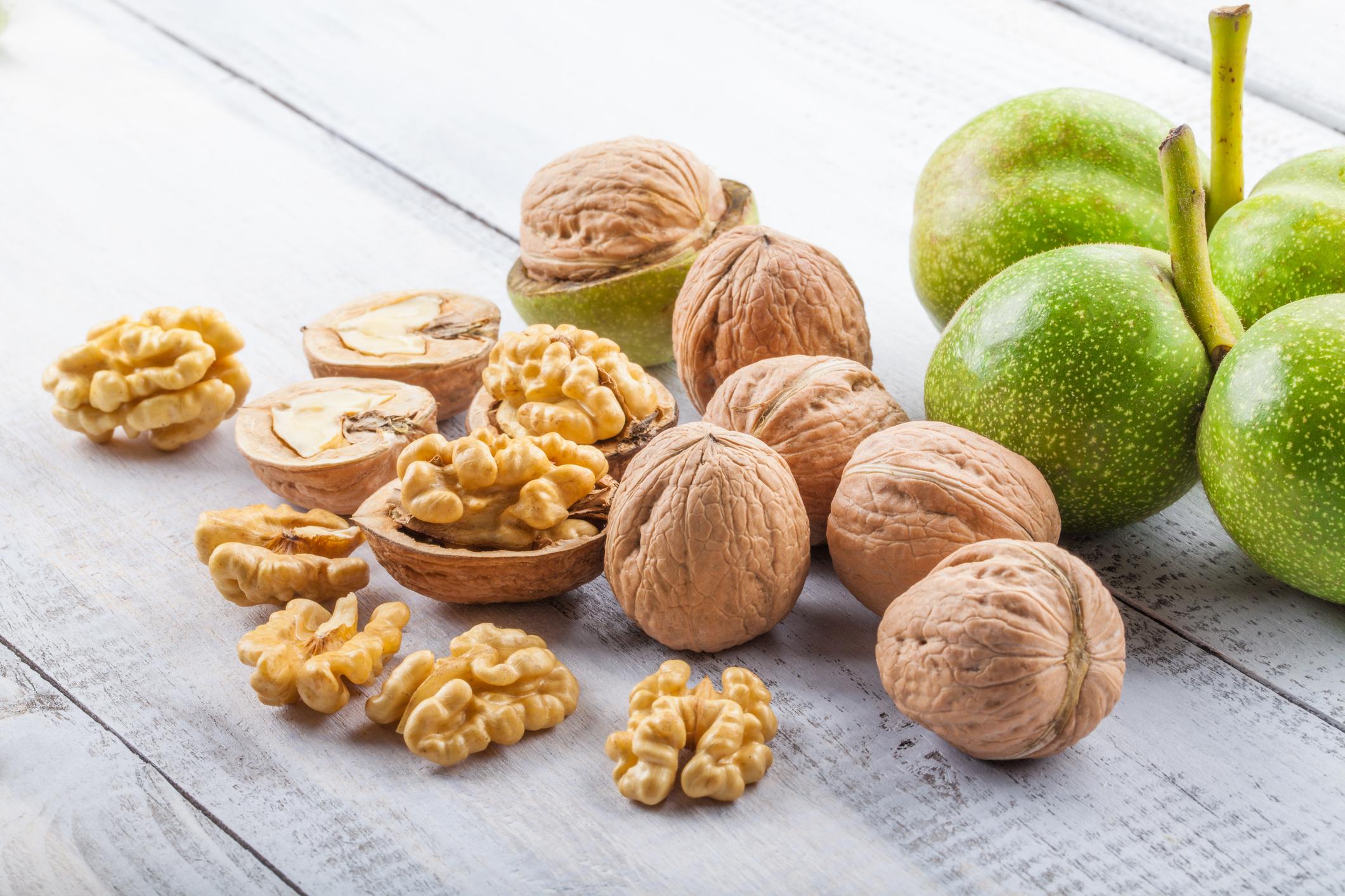 Орехи: едни от най-полезните ядки за организма ни. Богати са на йод, подходящи са за комбиниране с други храни, а мазнините в тях играят положителна роля за диетата. Освен орехи, ореховото масло също се отразява добре на тялото – особено при стрес и високо кръвно налягане.
