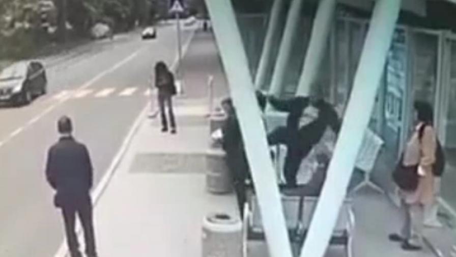 Мъж брутално рита жена на спирка в Бургас
