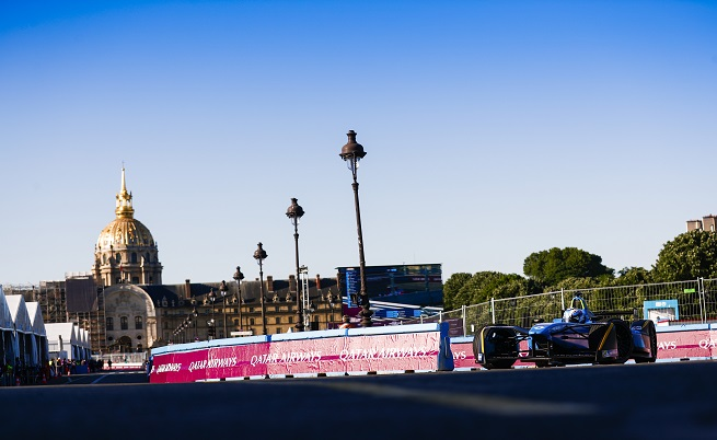 Част от успеха, който тепърва набира сили, е фактът, че Формула Е се провежда в центроете на големите мегаполиси по света. В конкретния случай единият край на трасето бе на не повече от 100-ина метра от Айфеловата кула, другият минаваше пред Дома на Инвалида, където е погребан Наполеон.