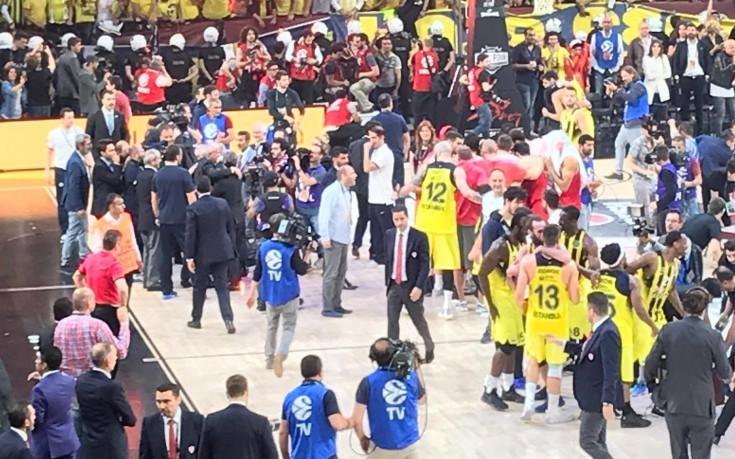 Тити Папазов празнува на терена с Обрадович трофея в Евролигата