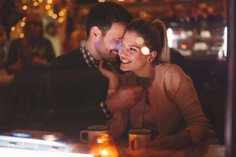 Разговарят за чувствата и преживяванията си през деня Споделянето е от ключово значение, за да имате щастлива и здрава връзка. Обикновено има време, в което двойката обсъжда всичко от деня - положително или отрицателно. Човек може да научи много за половинката си, ако го слуша. Нещо дребно може да ви даде идея за малка изненада, добра идея...