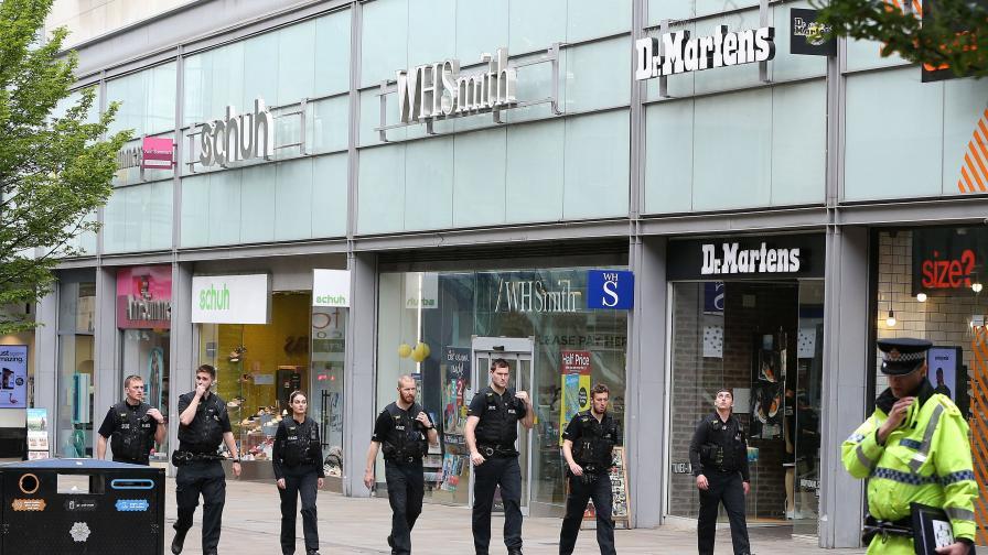 Полицаи отцепиха района около търговския център Арндейл