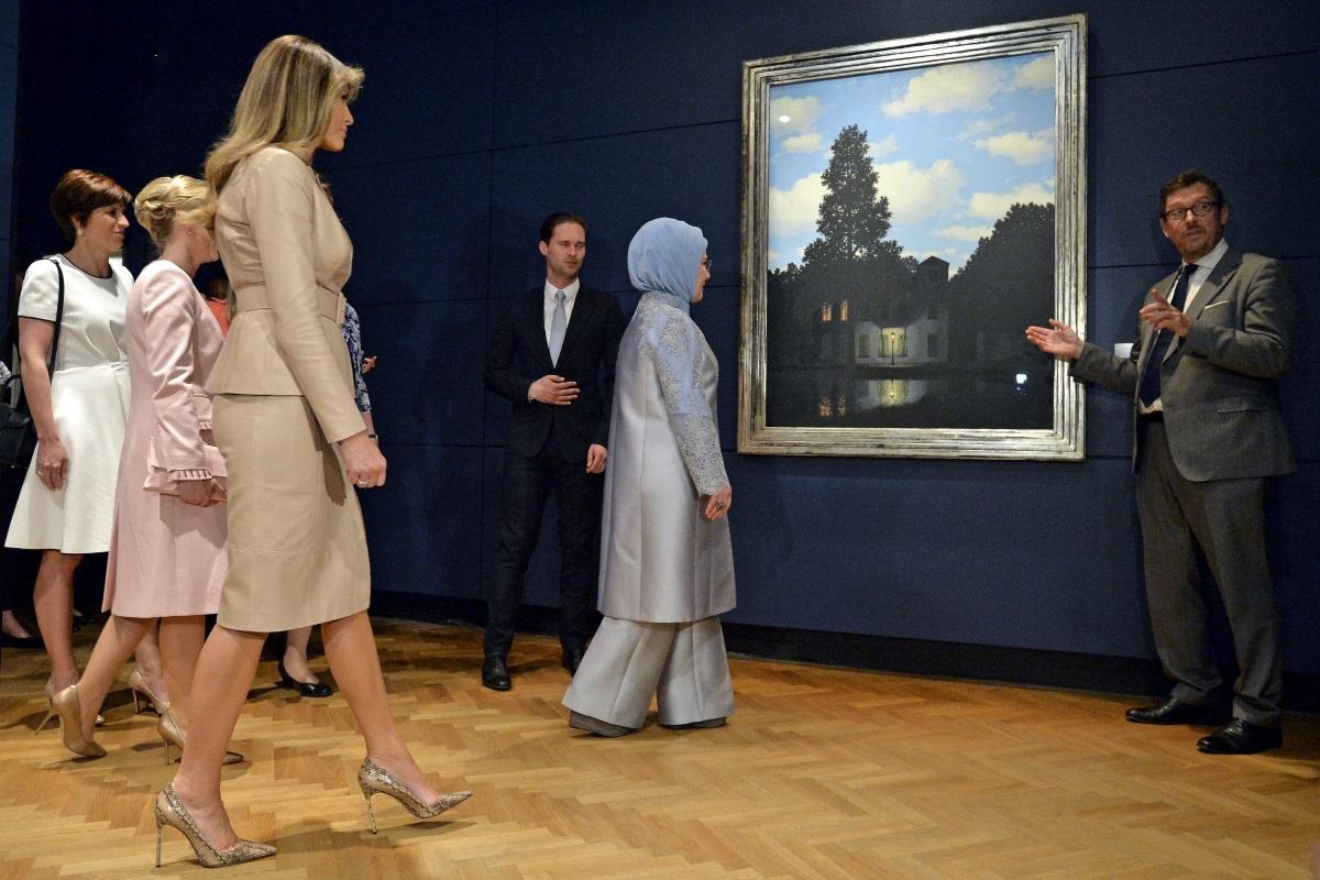 """Емине Ердоган е съпругата на турския президент - тя е с година по-млада от него, женени са от 1978 година. Емине е до съпруга си навсякъде - винаги със забрадка и облечена стилно. Семейството твърди, че спазва мюсюлманските ценности, а преди време 62-годишната първа дама възмути всички с изказването си, че османският харем е бил """"училище, подготвящо жените за живота""""."""
