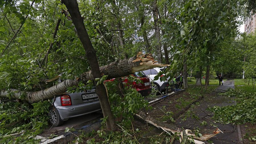 Небето над част от Русия почерня, ураган взе жертва