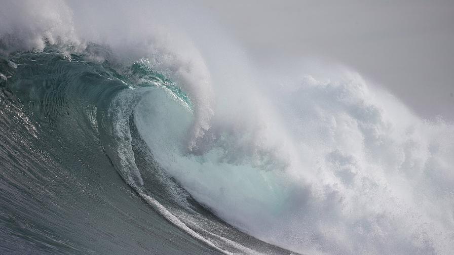 Да сърфираш по вълните от урагана Епсилон (видео)