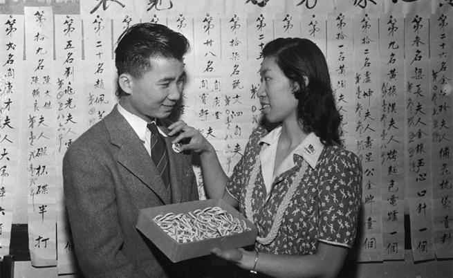 Хелън Чан закача значка на Сун Лум, на която пише, че е китаец, за да не бъде объркан за мразените японци.