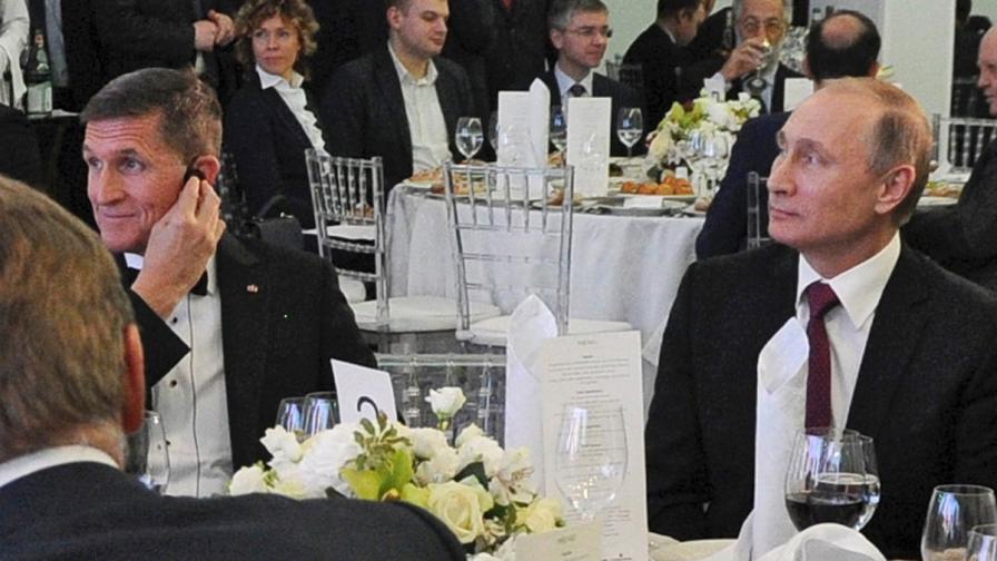 Майкъл Флин и Владимир Путин на вечерята през 2015 г.