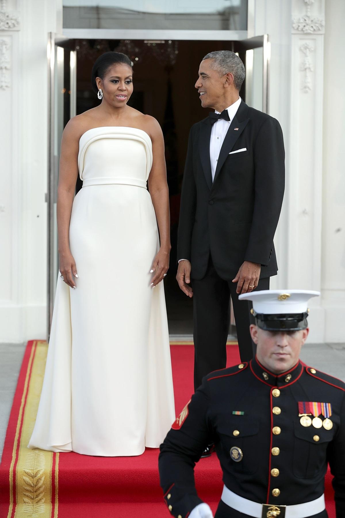 През 8-те години, докато бе президент на САЩ, Барак Обама носел един и същ смокинг на тържествени събития. Това разкри съпругата му Мишел Обама. Тя разказа, че докато фотографи и критици от света на модата фокусирали вниманието си върху носените от нея бижута и аксесоари на тържествени събития, никой не забелязвал, че държавният глава винаги се появявал облечен в един и същ смокинг.
