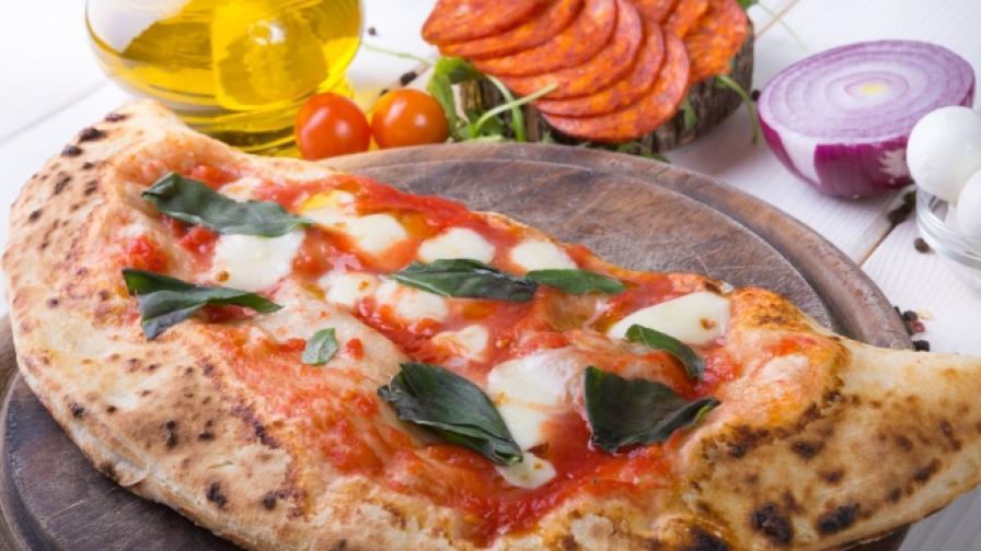 """Пица """"Калцоне"""" с наденица и гъби"""