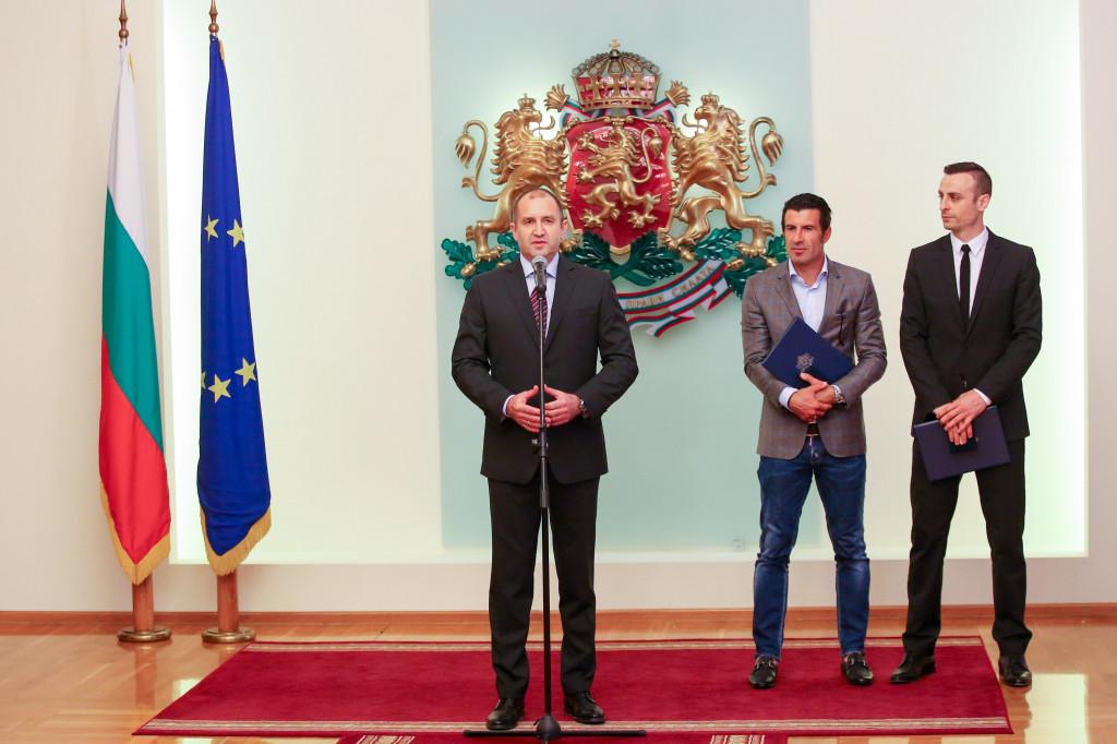 Президентът Радев връчи награди на Бербатов и Фиго<strong> източник: LAP.bg, Любомир Асенов</strong>