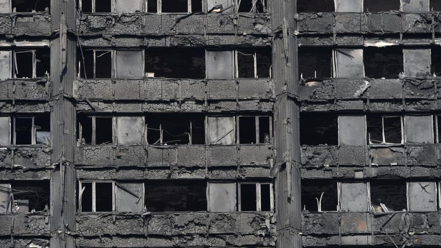 Остатъците от сградата след пожара