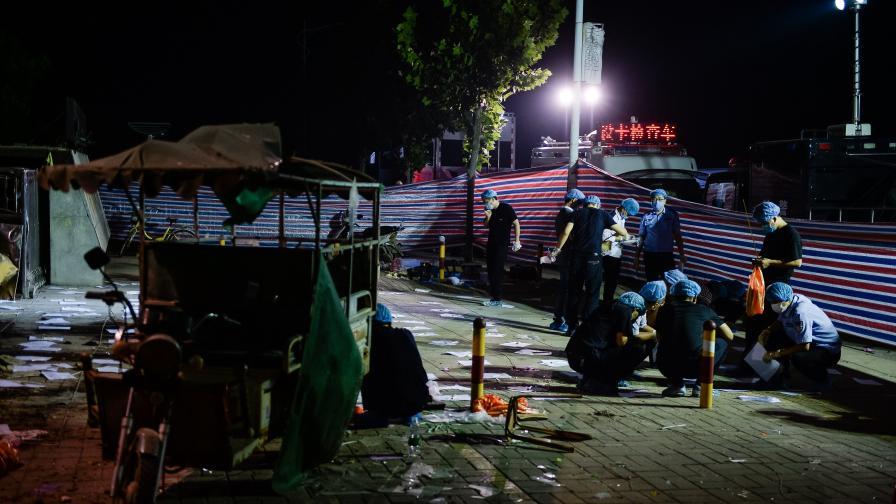 Екипи на полицията изследват мястото на взрива