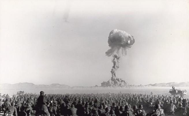 Защо петима мъже застават под експлодираща атомна бомба