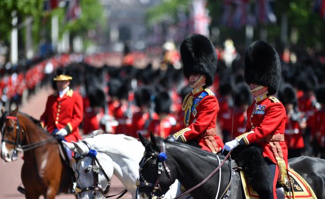 5 гвардейци припаднаха на парада за рождения ден на Кралицата в Лондон
