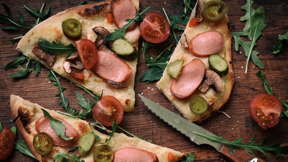 Бяла пица с гъби и кренвирши
