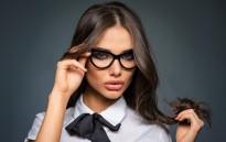 Трикове за грим за дами, които носят очила