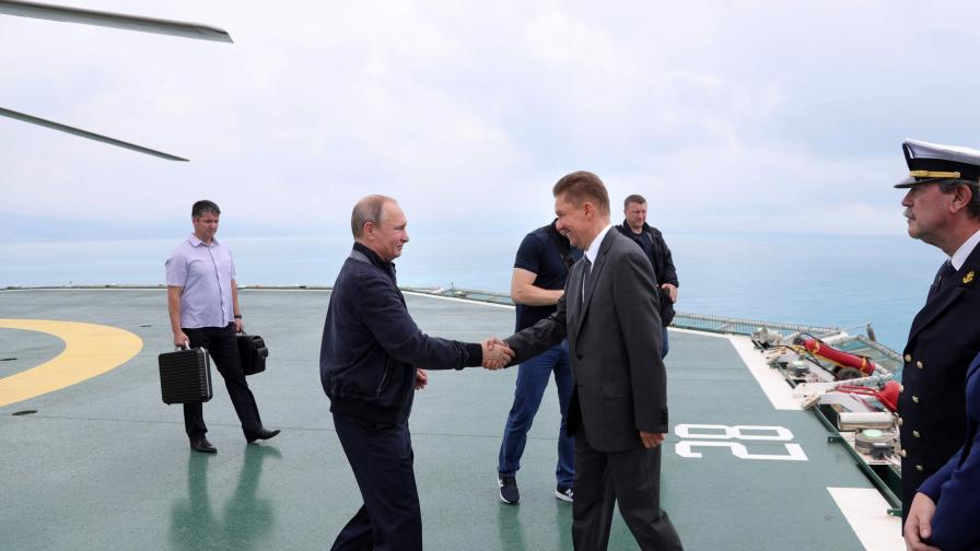 """Владимир Путин се здрависва с шефа на """"Газпром"""" Алексей Милер на борда на кораба, полагащ тръбите за """"Южен поток"""""""