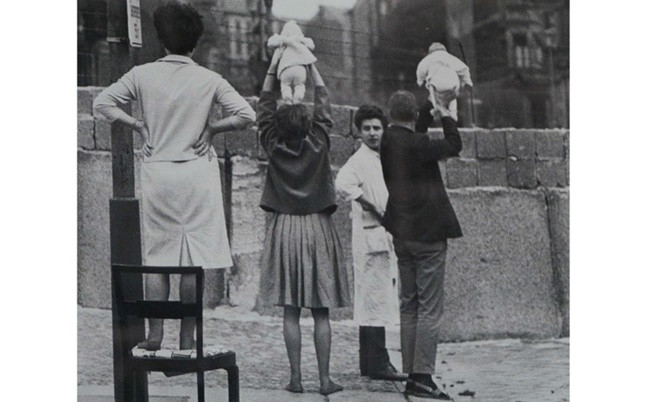 Семейства от Западен Берлин показват децата си на техните баби и дядовци в Източен Берлин.