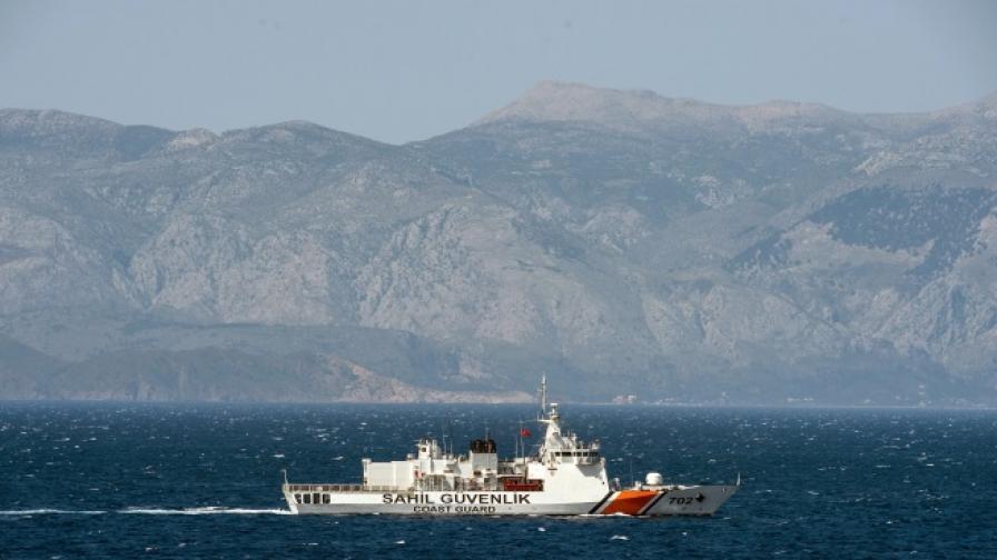 Напрежение: Гръцки катери стреляха по турски кораб