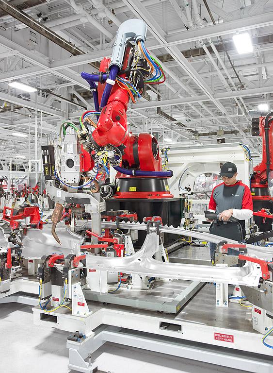 Роботи и работници се трудят в заводът на Tesla Motors във Фриймонт, щата Калифорния