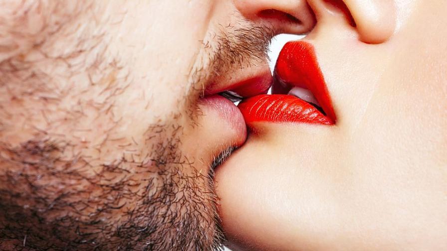 Защо си накланяме главата надясно, когато се целуваме
