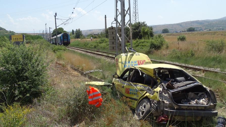 Влак удари такси край Кочериново (снимки)