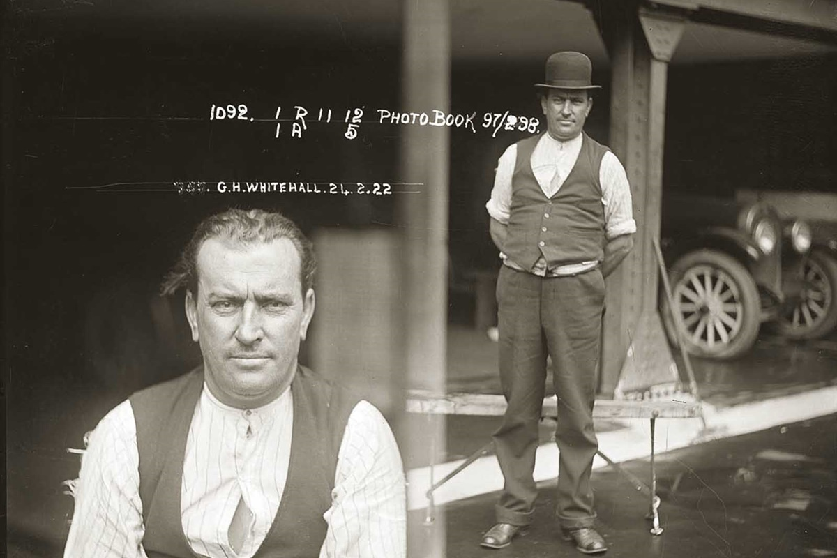 Джордж Уайтхол, дърводелец по професия, се предава сам в полицията в Нютаун след като нарязва на парченца жена си, Ида Паркър, в семейното им жилище следобеда на 21 февруари 1922 г.